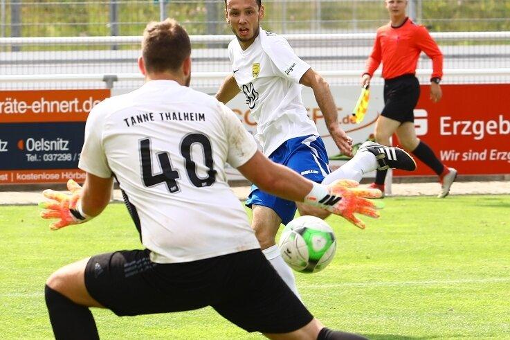Szene aus dem Auftaktspiel: Michael Jokesch vom Oelsnitzer FC scheitert am Torwart des SV Tanne Thalheim, Simon Karsunke. Auch deshalb behielten die Thalheimer am 26. Juni mit 3:1 die Oberhand.