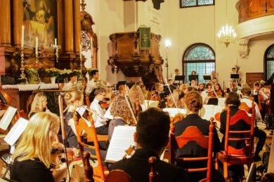 Musik von Beethoven und Saint-Saëns zum Auftakt des 3. Augustusburger Musiksommers im Juni: Die beiden Konzerte der Jungen Philharmonie Augustusburg begeisterten insgesamt 480 Zuschauer in der ausverkauften Stadtkirche St. Petri.