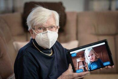 Die 96-jährige Else Schuster* besitzt seit Ende Dezember ein seniorentaugliches Tablet. Die anfängliche Skepsis gegenüber der Technik hat sie inzwischen abgelegt. Ist ja auch schön, wenn man per Videochat mit den Enkeln reden und die Urenkel sehen kann.