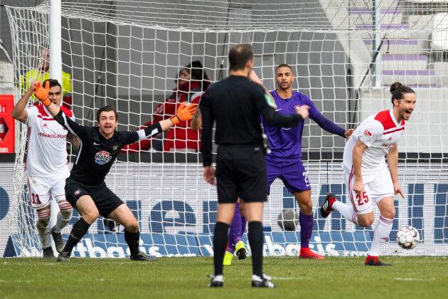 Ingolstadts Jonatan Kotzke (rechts) jubelt nach seinem Treffer zum 0:2 mit Darío Lezcano (l.) während Aues Torwart Martin Männel (2.v.l.) und Malcolm Cacutalua protestieren.
