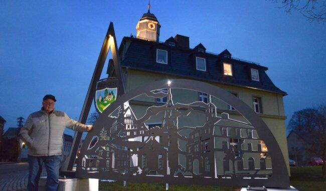 Bürgermeister Günter Ackermann am neuen Schwibbogen auf dem Rathausvorplatz in Bergen.