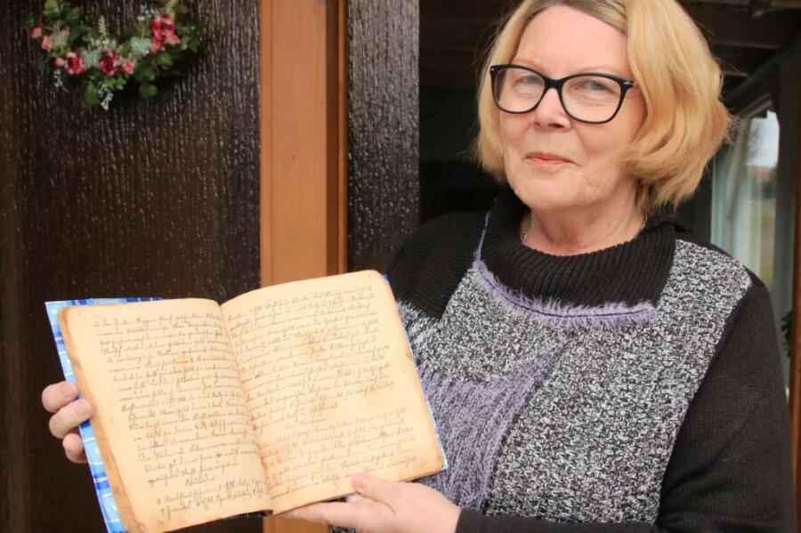 Ortschronistin Maria Reinhardt mit der von ihr gefundenen Rezeptsammlung.