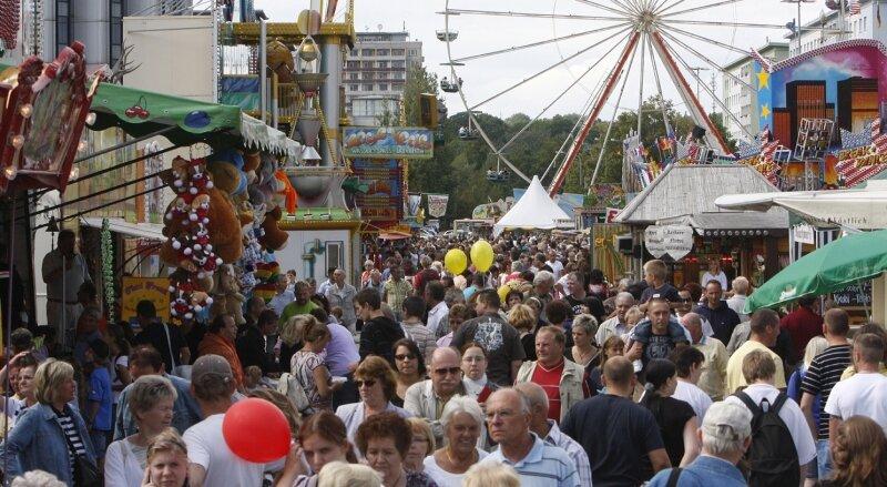 """<p class=""""artikelinhalt"""">Besonders eng geht es während des Chemnitzer Stadtfestes auf der Brückenstraße zu. Fast 60 Schausteller wollen hier die Besucher mit abwechslungsreichen Fahrgeschäften unterhalten.</p>"""