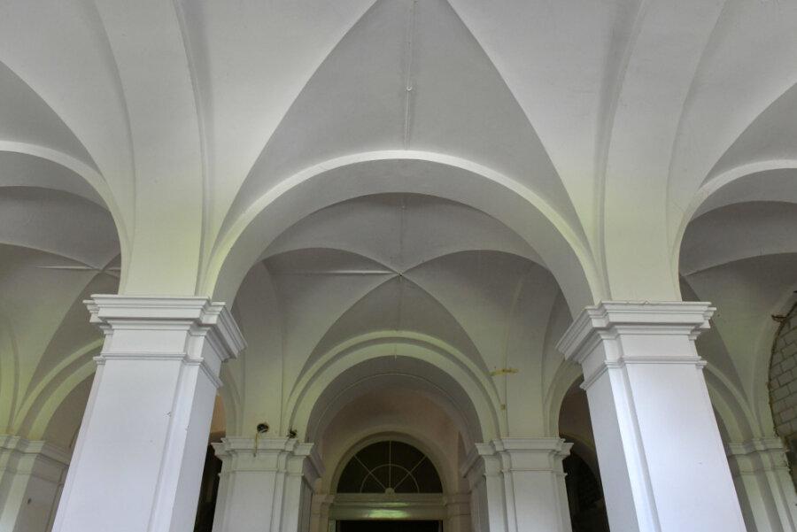 Der Eingangsbereich des Amtsgerichtes Freiberg wird behindertengerecht saniert. Das historische Kreuzgewölbe bleibt erhalten. Allerdings wird das Niveau des Fußbodens um ein Gewölbejoch, also ein vollständiges Kreuzgewölbe, nach vorn gezogen, damit ein Aufzug integriert werden kann.