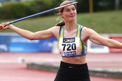 Sechs Zentimeter haben Ulrike Schmidt von der LG Mittweida in Rostock zur Bronzemedaille im Speerwerfen gefehlt. Die 17-Jährige musste aufgrund von Hüftproblemen ihren Anlauf von zehn auf vier Schritte reduzieren und mischte dennoch im Medaillenrennen mit.
