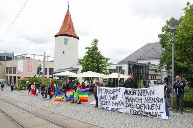 Die Linksjugend und Mitglieder der Partei Bündnis 90/Die Grünen sowie von Demokratie-Initiativen standen auf der anderen Straßenseite neben dem Nonnenturm.