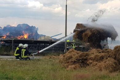 Nach dem Großbrand eines Strohlagers auf dem Firmengelände des Landwirtschaftsbetriebes Aproha in Juchhöh am Samstag hat die Polizei am Mittwoch einen Zeugenaufruf gestartet.