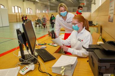 In nur einer Woche wurde das Impfzentrum Plauen im Behördenzentrum an der Europaratstraße etabliert. Mit dabei sind auch die Erzieherinnen Claudia Weller und Lilli Kanz (von links) aus der DRK-Kita Wirbelwind.