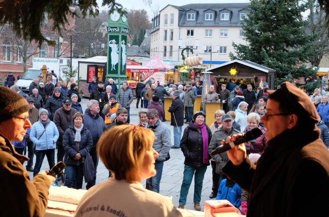 Hunderte Besucher beim Auftakt des Oelsnitzer Weihnachtsmarktes.