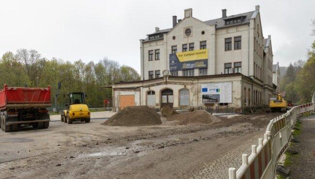 Das Bahnfahren der Zukunft soll künftig von Annaberg-Buchholz aus mit erforscht werden. Dafür sind Bauarbeiten am Unteren Bahnhof im Gang. Sie betreffen den Außenbereich und den nördlichen Kopfbau.