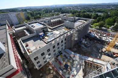 Blick von oben auf den Neubau des Hauses 9 im Klinikkomplex an der Flemmingstraße, der im dritten Quartal 2022 in Betrieb gehen soll. Die geplanten Gesamtkosten liegen bei knapp 90 Millionen Euro - für das Klinikum ein Meilenstein.
