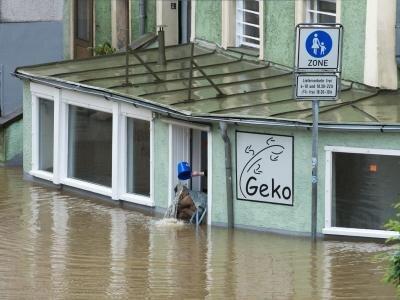 Sisyphusarbeit in Passau: Mit einem Eimer wird Wasser aus einem von der Donau überfluteten Geschäft geschöpft. In der Stadt herrscht Katastrophenalarm.