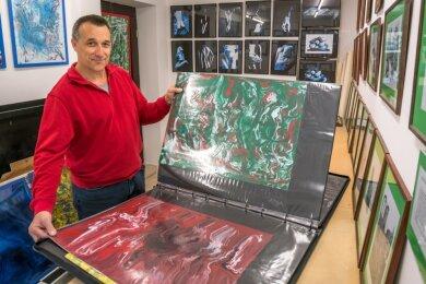 Andreas Kluge empfängt erstmals in seinem neuen Atelier im Marienberger Ortsteil Lauta Besucher.