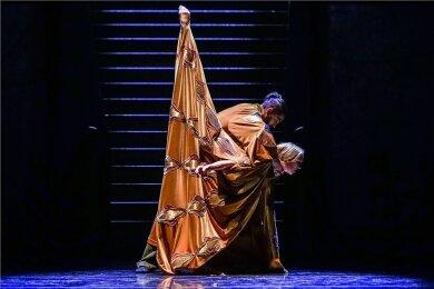 Othello (Milan Malác) tötet seine Frau Desdemona (Savanna Haberland) - ihr letzter Tanz ist einer der großartigsten Momente dieses Chemnitzer Ballettabends.
