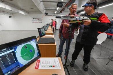 Vereinschef Steffen Petzold (links) und Sportschütze Wladislaw Syvous üben in der neuen Halle, in der ausschließlich mit Druckluftwaffen geschossen werden darf. Der Umgang mit solchen Waffen ist auch Mädchen und Jungen ab zwölf Jahren erlaubt.