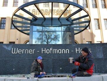 Volkmar Kerndt und Darius Puschek (v. l.), Mitarbeiter der Firma Elektrounion Freiberg, installieren die Beleuchtung.
