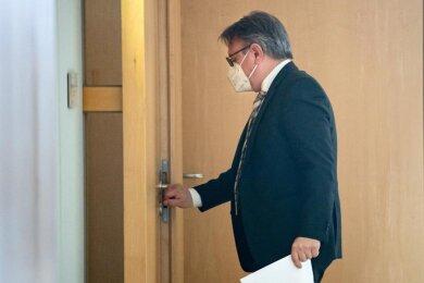 Georg Nüßlein (CSU) geht über einen Flur zu seinem Bundestagsbüro, während dieses durchsucht wird. Der Bundestag hat die Immunität des CSU-Abgeordneten Nüßlein aufgehoben und damit den Vollzug gerichtlicher Durchsuchungs- und Beschlagnahmebeschlüsse genehmigt.