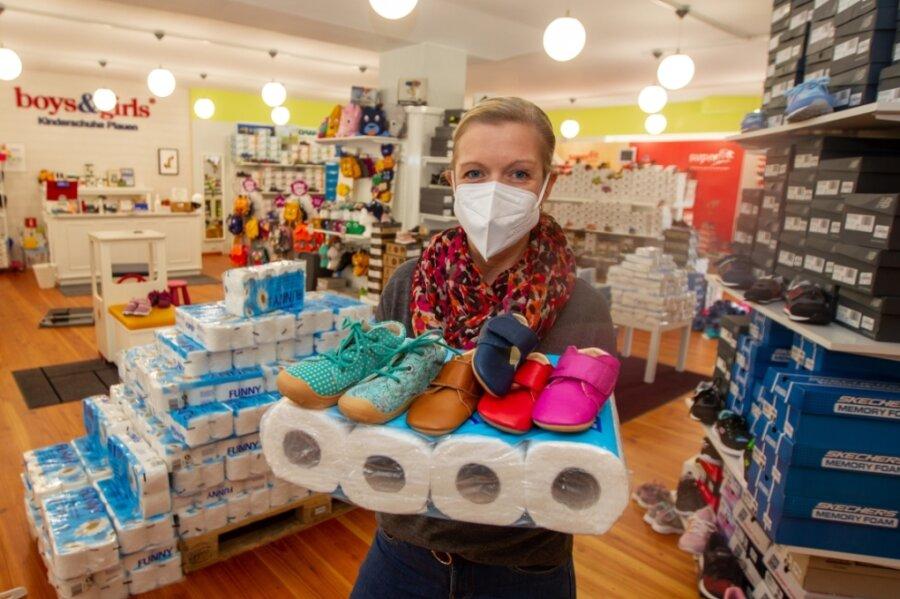 """""""Boys-&-Girls""""-Inhaberin Daniela Schenk hat das Sortiment ihres Geschäfts erweitert und die Gewerbeanmeldung angepasst. Jetzt betreibt sie einen Babyfachmarkt - der darf ganz legal und regulär öffnen."""