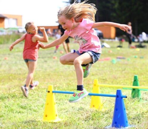 Die sechsjährige Taliea und die ein Jahr jüngere Helen aus Breitenbrunn (l.) hatten sich ganz auf den Parcours fokussiert und absolvierten ihn gleich mehrmals.
