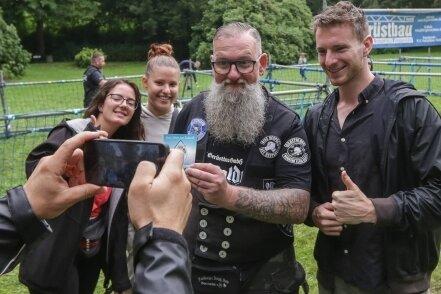 Kai Flößner unterstützt die Schüler mit 500 Euro für ihre Aktion, Müll aufzusammeln. Im Bild (von links) Laura Mäthe, Linda Kircheis, Kai Flößner und Ruben Otto.
