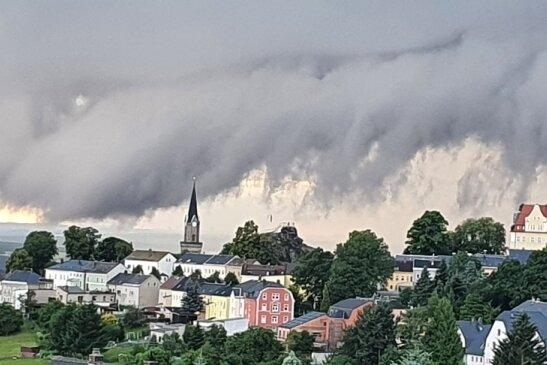 Wetterfront am 1. August über der Stadt Schöneck.