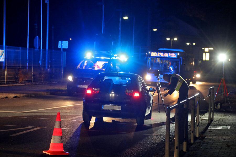 Der Verkehrsunfalldienst bei der Arbeit nach dem schweren Unfall auf der B 180 in Lugau, bei dem eine Autofahrerin zwei Fußgänger übersehen hatte.
