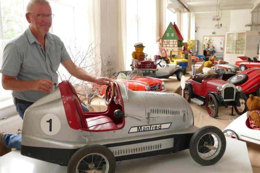 Auf diesen Silberpfeil ist Michael Schuster besonders stolz. Dabei handelt es sich um ein Tretauto aus den 1950er-Jahren. Es trägt den Namen Manfred in Anlehnung an den Rennfahrer Manfred von Brauchitsch, der von 1934 bis 1939 als Werksfahrer für Mercedes-Benz aktiv war.