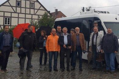 Bürgermeister Udo Eckert (2.v.r.) charterte den Bus, um den Interessierten vor Ort den Stand der Dinge zu den Vorhaben in der Gemeinde zu erklären.