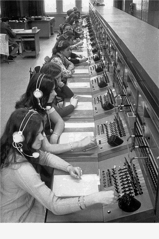 """Mit den """"Fräuleins vom Amt"""": Fernsprechvermittlungsstelle für Telefongespräche zwischen West- und Ostberlin im Fernmeldeamt an der Westberliner Winterfeldtstraße 1971."""