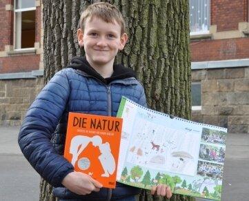 Louis aus der Klasse 4 der Grundschule Dorfstadt mit seinem Kalenderbild.