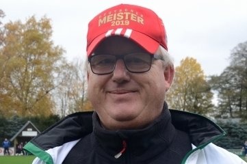 Frank Petzold, langjähriger Frauentrainer des SV Fronberg Schreiersgrün, ist Ehrenamtler des Monats November des Vogtländischen Fußball-Verbandes.