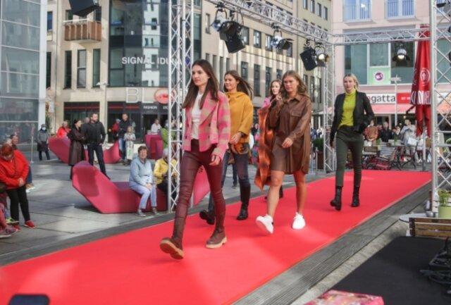 Geschäfte der Chemnitzer Innenstadt haben am Samstag auf Modenschauen präsentiert, was modisch in Herbst und Winter angesagt ist.
