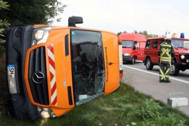 Das Ende einer Verfolgungsjagd, die sich die Polizei am Montag mit einem mutmaßlichen Autodieb auf der A4 zwischen Hohenstein-Ernstthal und Wüstenbrand lieferte. Nachdem der Fahrer aus dem Transporter gesprungen war, fuhr das Auto gegen einen Streifenwagen und kippte um.