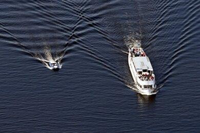 Ein Fahrgastschiff und ein Sportboot auf der Havel. Bei Gewitter-Wetter sollten sie nicht auslaufen.
