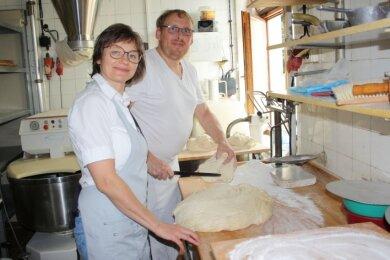 Frank Dörr mit seiner Frau Heike bei der Zubereitung von Sauerteig.