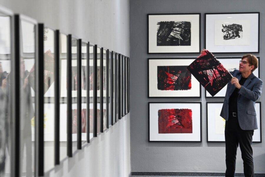 Bernd Weise platziert Arbeiten von Carlfriedrich Claus in seiner Galerie am Rosenhof. Bis Mitte Januar zeigt er dort begleitend zur Ausstellung in den Kunstsammlungen Werke des 1998 in Chemnitz gestorbenen Künstlers.