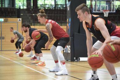 Wieder gemeinsam am Ball: Die Profis der Chemnitz Niners um Leon Hoppe, Malte Ziegenhagen und Domique Johnson (von rechts) haben am Montag erstmals seit Mitte März in der Halle trainiert.