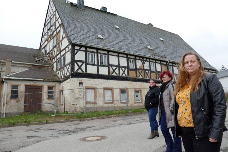 """Für Cathleen Müller, Silke Kirschen und Anne-Desiree Daniel (von links) ist es traurig zu sehen, was aus dem """"Erbgericht"""" geworden ist. Mit der Bürgerinitiative """"Wir für Falkenbach"""" machen sie sich für einen Abriss des maroden Gebäudes stark."""