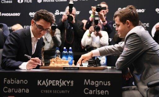 Das Duell Carlsen (r.) gegen Caruana bleibt spannend