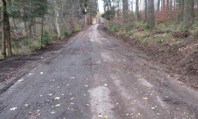 Auf dem Communalweg hat ein Ausbessern begonnen. Heimatfreunde wie Manfred Weiß aus Lauter kritisierten den Zustand des Weges.