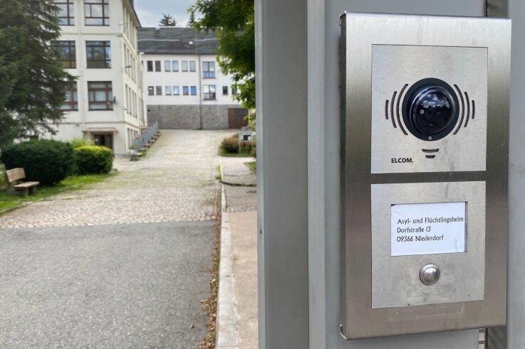 Der Eingang des Flüchtlingsheims im Ortskern von Niederdorf: Das Gebäude, das ehemalige Landratsamt, gehört dem Erzgebirgskreis.