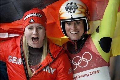 Natalie Geisenberger (rechts) und Dajana Eitberger feierten einen Doppelsieg mit unterschiedlichen Vorzeichen: Geisenberger führte nach allen vier Läufen das Feld an, Eitberger sicherte sich ihre Medaille erst im letzten Lauf.
