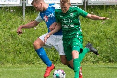 Abgedrängt: Die Lichtenberger Kicker um Kapitän Robert Miersch (l.) sind gegen Empor Hartmannsdorf aus dem Pokal ausgeschieden.
