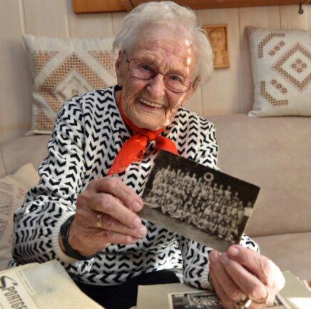 Margot Lang in Cranzahl wird an diesem 12. Oktober 100 Jahre alt. Zahlreiche Zeitdokumente erzählen von ihrer Laufbahn im Schuldienst.