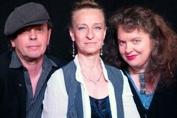 Jürgen Ehle, Scarlett O' und Frauke Pietsch (v.l.) erinnern an Gisela May.