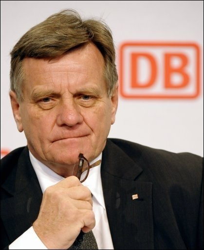 Bahn-Chef Hartmut Mehdorn ist von seinem Amt zurückgetreten. Er habe dem Aufsichtsratsvorsitzenden die Auflösung seines Vertrages angeboten, sagte der 66-Jährige auf der Bilanzpressekonferenz des Staatsunternehmens in Berlin.