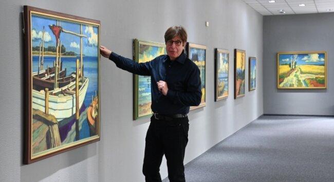 Bernd Weise in seiner Galerie Weise in der Ausstellung mit Arbeiten von Peter Schettler.