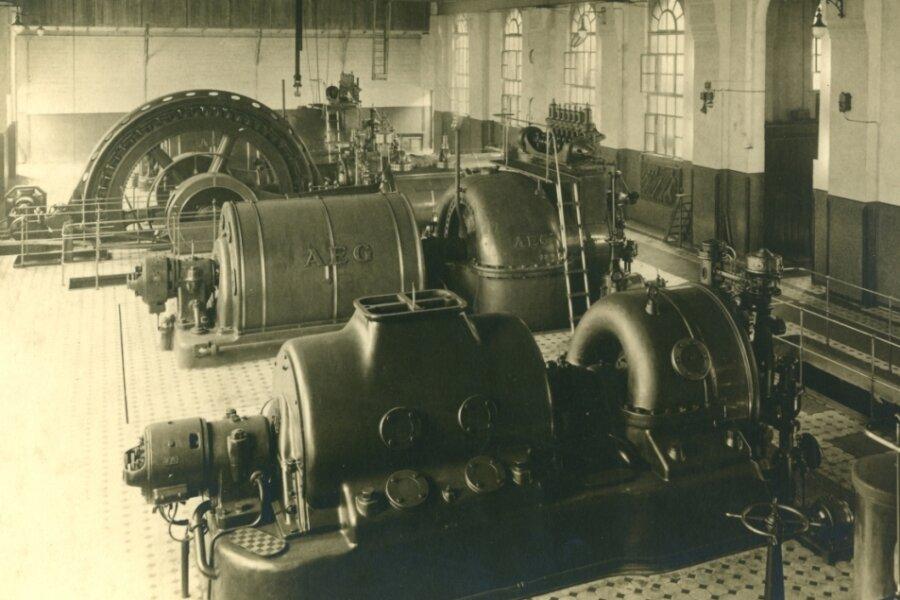 Blick in die Elektrozentrale des Vertrauenschachtes mit zwei Schwungradgeneratoren für die Stromerzeugung (im Hintergrund); vor 1917).