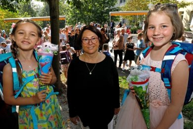 Lehrerin Sabine Unger (Mitte) begrüßt die beiden Abc-Schützinnen Anna Flechsig (l.) und Marit Reichel, bei denen die Freude über den Schulanfang groß ist.