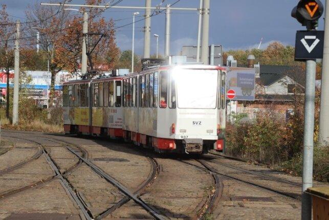 Die Straßenbahn und die Vogtlandbahn nutzen ab der Haltestelle Stadthalle ein gemeinsames Gleis. Die Weichen die unterschiedlichen Spurweiten zusammenbringen sind jedoch verschlissen.